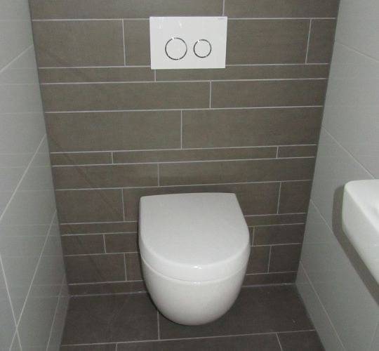 Complete toilet renovatie met inbouwreservoir fontijntje en tegelwerk toilet pinterest - Voorbeeld deco badkamer ...