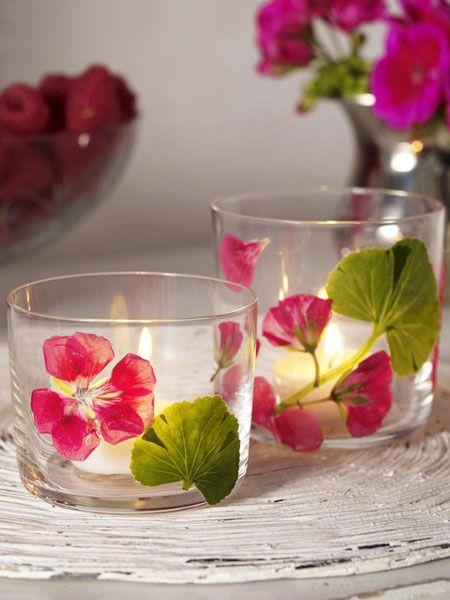 Windlicht-Dekoration selber machen mit getrockneten Blüten auf schlichte Gläsern mit doppelseitigen Klebeband fixiert