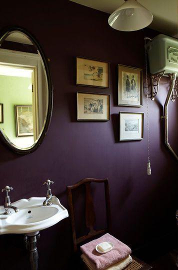 BRINJAL Farrow & Ball : une salle de bains à l'ancienne peinte en aubergine - Peinture : les nouvelles couleurs tendance - CôtéMaison.fr#diaporama#d...