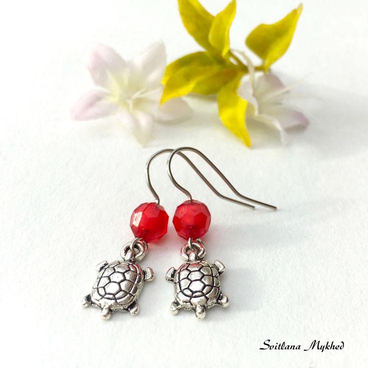"""Boucles d'oreilles """"Tortue"""". métal argenté . perles acryliques rouges : Boucles d'oreille par perles-et-couronnes"""