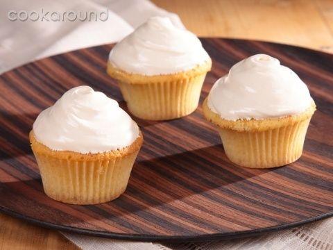 Cupcakes gialli con copertura spumosa al butterscotch: Ricette Dolci | Cookaround