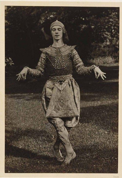 Eugène Druet: Vaslav Nijinsky, Les Orientales, danse Siamoise, 1910 / Courtesy Bibliothèque Nationale de France