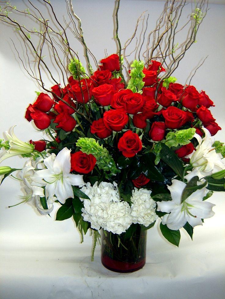 composizioni floreali: un vaso con rose rosse e fiori bianchi