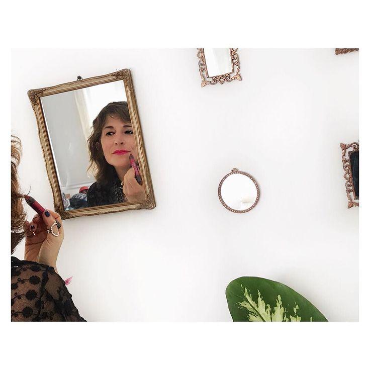 En los #JanaDecoTips seguimos con el recurso #agrupar hoy son un grupo de espejos de distinto marco y tamaño.  Los tengo en una pared de mi dormitorio al costado de mi cama y me sirven para retocarme el labial antes de salir Ya les conté lo prácticos que son los crayones nuevos de @burtsbees_argentina ?#JanaDecora #JanaBeauty. . #burtsbees #beauty #decoblogger #beautyblogger