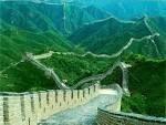 La Gran Muralla China no necesita mucha presentación, recorre 21,196 km de largo, construida hace más de 2000 años desde la frontera con Corea hasta el desierto de Gobi. Es una de las Siete Maravillas del Mundo Moderno. Y es sin duda la muralla más grande del mundo. Es  una joya arquitectónica de gran majestuosidad. https://www.youtube.com/watch?v=zp8B-K9t8XE. http://www.nationalgeographic.com.es/articulo/historia/grandes_reportajes/9272/gran_muralla_china.html