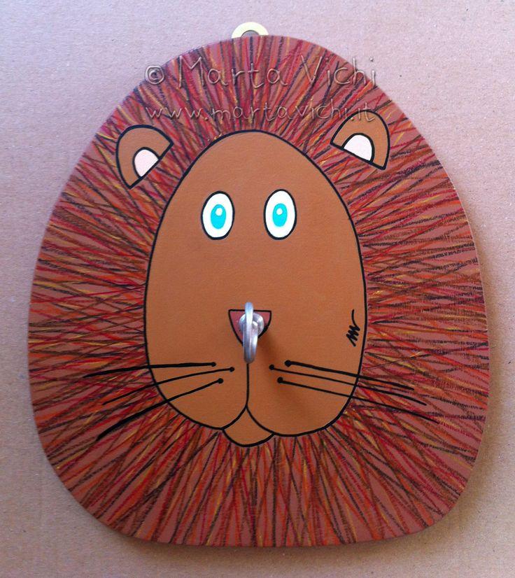 Leone appendino in legno tagliato e dipinto a mano con gancio in ottone nichelato.