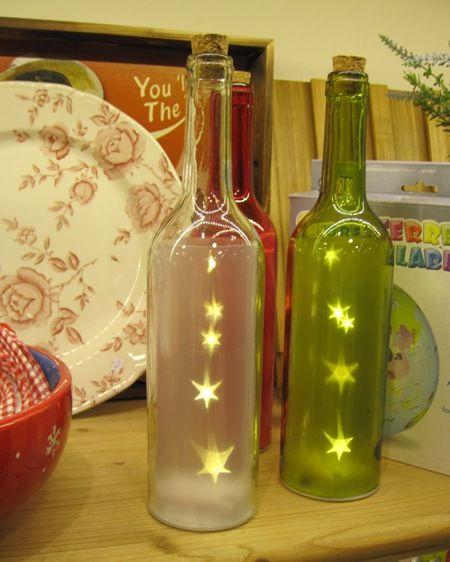 Botellas luminosas, en varios colores, con estrellitas en su interior. Dan una bonita luz.