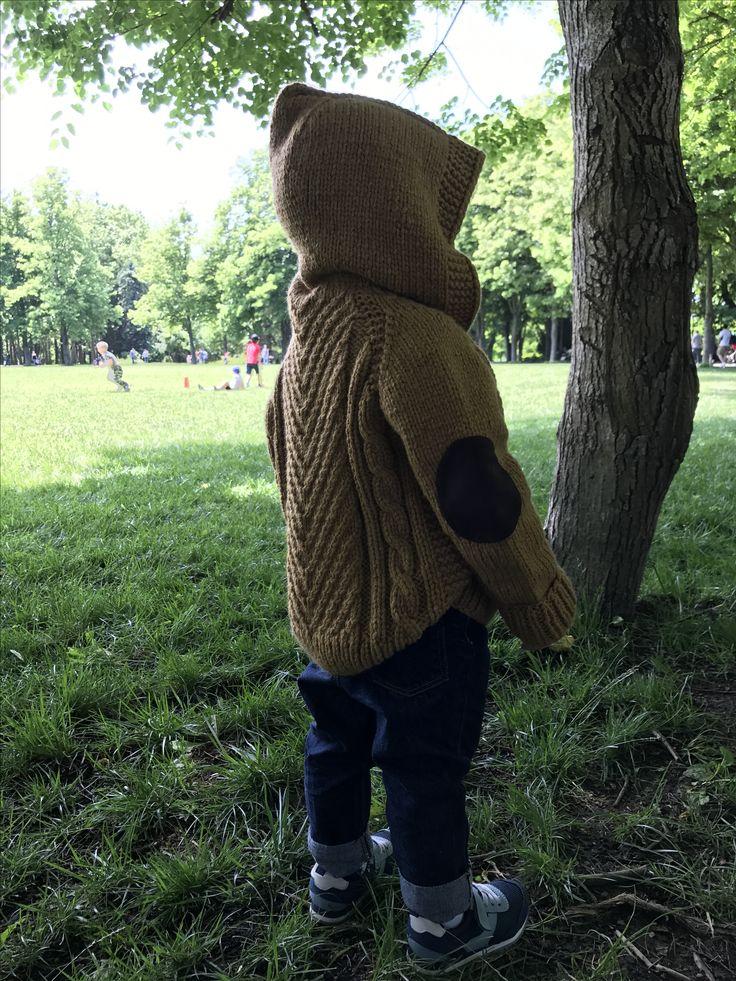 Детский вязаный спицами кардиган с капюшоном на мальчика и девочку со вставками на локтевых сгибах