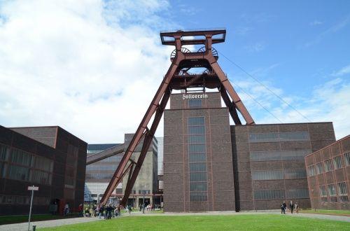 ツォルフェライン炭鉱業遺産群(ドイツ:エッセン)  ドイツのツォルフェライン炭鉱業遺産群は、炭鉱の産業遺産を再利用しながら都市全体を再開発したプロジェクト。  エッセンはルール工業地帯の中心地です。ドイツは工業、イタリアは文化なので覚えやすいですよね。