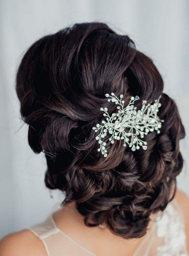 gros chignon en couronne décoré d'un bijou à cheveux en cristaux