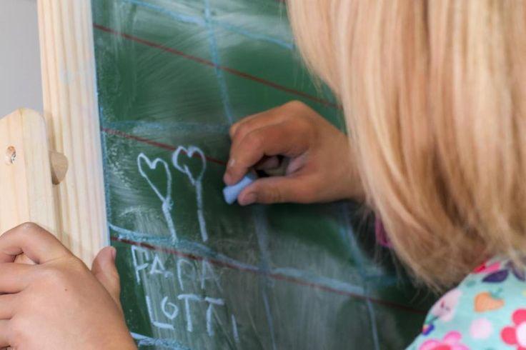 Schreiben nach Gehör: Eine Lernmethode, die Isa Becker verzweifeln lässt. In der ersten Klasse war ihr Sohn begeistert. Jetzt ist er in der Dritten und frustriert, weil er nichts auf die Reihe kriegt.