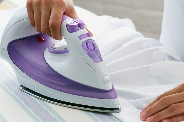 Maar of je hierdoor sneller gaat strijken, kunnen we niet beloven! Algemeen Afwasmiddel Meng een kleine hoeveelheid vloeibaar afwasmiddel met warm water. Richt je vooral op de zoolplaat, maar afwasmiddel is ook goed voor de rest van het toestel. Veeg zeepresten weg met een vochtig doekje. Zoolplaat Zout Strooi een eetlepel zout op een handdoek. … Continued