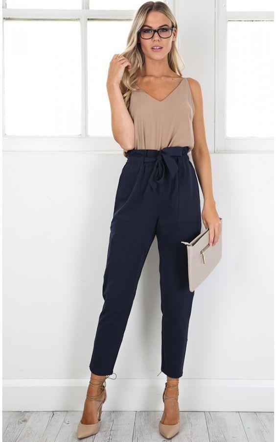 Office look de verão: 10 produções para te inspirar. Blusa de alcinha bege, calça clochard azul marinho, scarpin nude