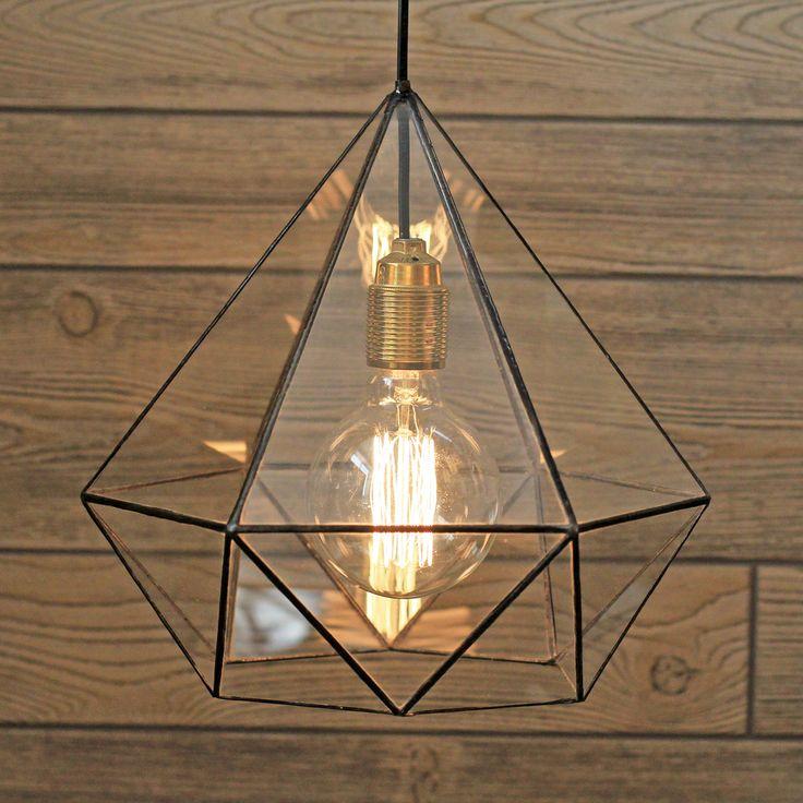 Витражная люстра в форме бриллианта с ретро-лампочкой Эдисона прекрасно дополнит интерьер дома, офиса в стиле лофт, кафе, гармонично вписавшись в концепцию дизайна пространства. В комплект включены лампочка Эдисона и провод длиной 2 м.  Высота люстры - 32 см, ширина - 30 см  Доставка:  Мы бережно доставим ваш заказ в течениедвух-трех дней после размещения вами заказа. Стоимость доставки в пределах МКАД - 300 руб. Доставка осуществляется курьером по Москве и ближайшему Подмосковью. По Р...