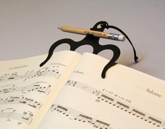 さらっているエチュードのページがなかなか開かない! 表紙から勝手に閉じて、譜面台から落っこちちゃう!! そんな経験ありませんか? この楽譜用ページオープナーを使えば、そんな不安ともさようなら。演奏に集中できます。 : ナカノ ページオープナーワイド【音楽雑貨・アクセサリー専門店 ♪ プレリュード】