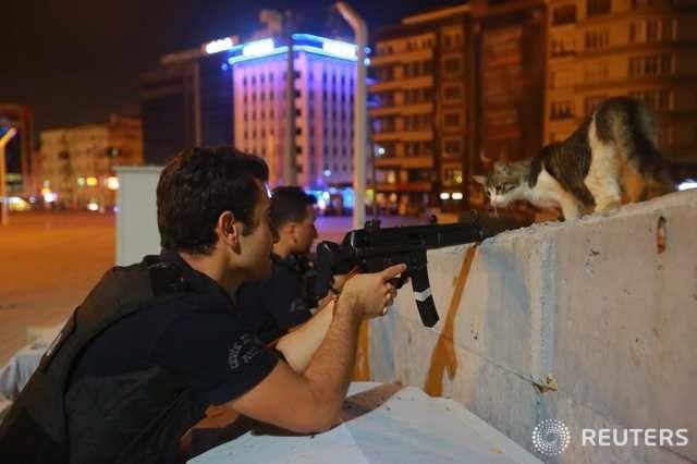 터키 쿠데타 진행중..총 겨누는 경찰 | 다음뉴스