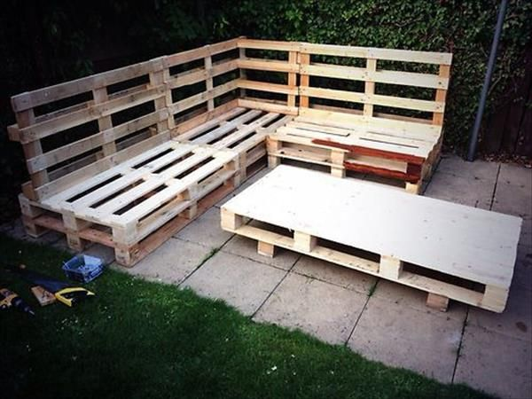 Enjoy Gossiping DIY Pallet Garden Benches | DIY Furniture Ideas