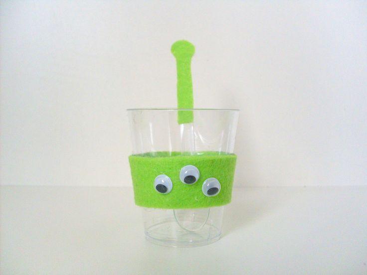 Personalize sua festa!! <br> <br>Copinho de 40 ml decorado com os alienígenas do desenho Toy Story em feltro e colher de acrílico imitando as anteninhas