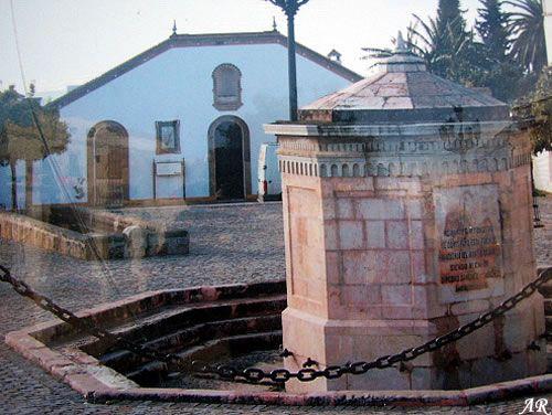 La fuente: Esta fuente, construida entre los años 1875 y 1879, se halla en el centro geográfico de Montellano, en la plaza que durante siglos ha ejercido de centro urbano. Tiene forma de prisma octogonal con dieciseís grifos que desaguan a un pequeño estanque alrededor. Está confeccionada con mármol rosa de la cercana sierra de San Pablo y con jaspe. Fue construida por el sevillano Juan de Talavera.  www.guiamontellano.es/index.php?option=com_gmapfp&view=gmapfp&Itemid=189