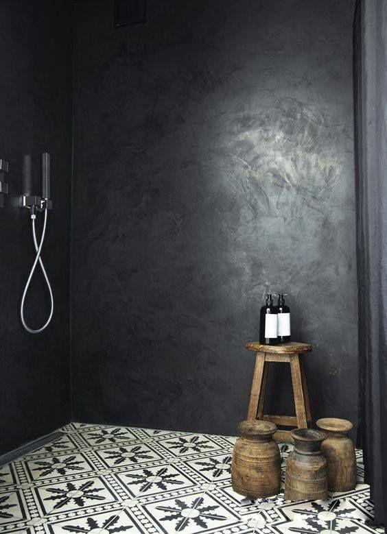 Une belle douche à l'italienne en béton ciré noir et un sol en carreaux de ciment noir et blanc.