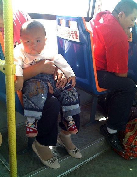 Азиатский ребёнок с раскрытой ширинкой в автобусе