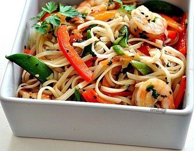 Салат с рисовой лапшой и креветками с тайской заправкой