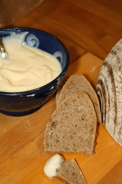 Domácí tavený sýr 1 tvaroh 1/3 lžičky jedlé sody 1 lžíce másla sůl, (bylinky)  Používám tvaroh s 20% tuku ten promíchám se sodou a poté přidám rozpuštěné máslo a sůl a bylinky podle chuti...pažitka, česnek atd. Po několika minutách změní tvaroh úplně konzistenci na tavený sýr. Pětiminutová práce a máte doma opět něco bez emulgátorů.