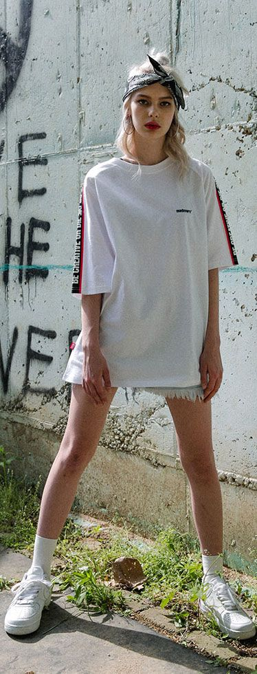 어깨에 슬로건 포인트가 가미된 오버핏 티셔츠. Model: 172cm / M size