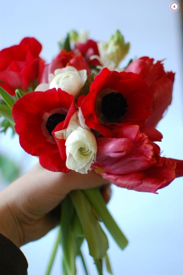 Bridesmaid bouquet: 5 anemonies, 2 ranunculus, 2 hyacinth, 3 parrot tulips