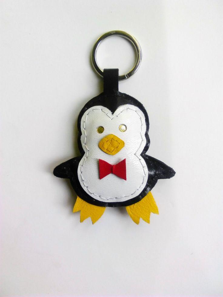 Pingüino llavero de cuero, muñeco colgante bolso cosifo a mano con pajarita roja. Color blanco y negro de JYNzapateros en Etsy