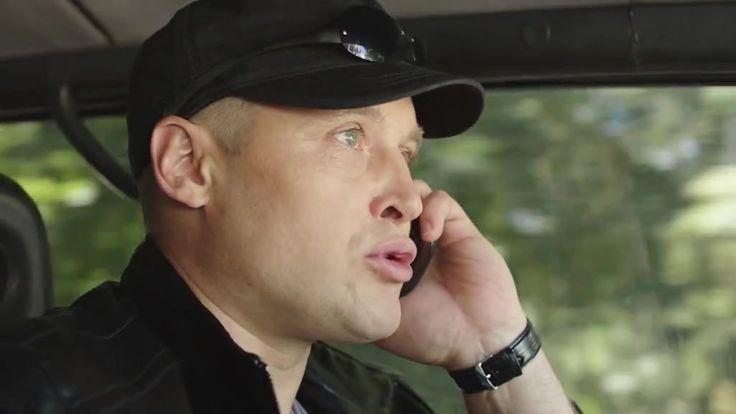 Я знаю твои секреты 2 серия 22.10.2016 http://www.yourussian.ru/164184/я-знаю-твои-секреты-2-серия-22-10-2016/   ина – блестящий специалист по физиогномике, она безошибочно определяет, когда человек лжёт. Однажды она находит в кафе паспорт мужчины с вложенным номером телефона, звонит по нему и встречается с женщиной, которая обещает передать документ мужу. Но по её лицу Нина видит: женщина лжёт. С этого момента жизнь Нины круто меняется – на неё начинается охота.