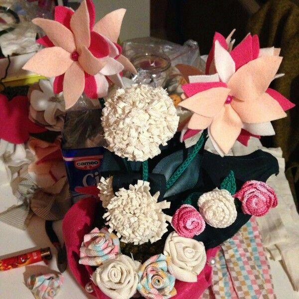 Composizione di fiori tutti fatti a mano con vari tipi di tessuto