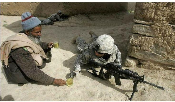 Un afgan servește cu ceai un soldat american