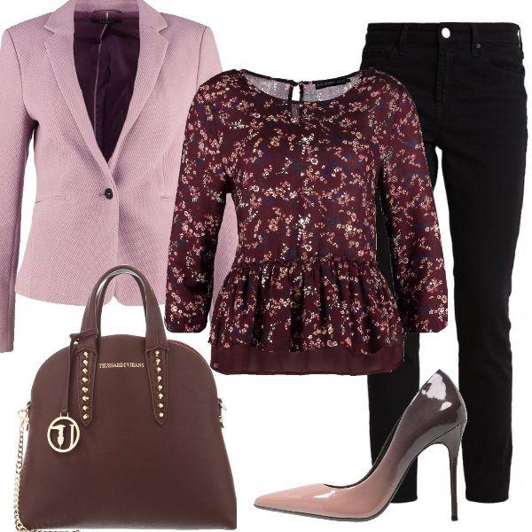 Quando+gli+accessori+fanno+la+differenza.+Outfit+reso+particolare+dalla+décolleté+sfumata+con+tacco+a+spillo+e+dalla+splendida+borsa+a+mano+dark+brown.+Completano+il+look+jeans+slim+fit+black+con+blazer+old+pink+e+camicetta+con+fantasia+floreale+e+manica+a+tre+quarti.+Glamour+e+romantiche+dalla+mattina+alla+sera.