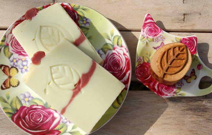 Foglia di Alloro — incisione su legno di Olivo massello, Dim. 4x2,4 cm. Laurel Leaf - Carving on Olive solid wood, Dim. 4x2,4 cm .