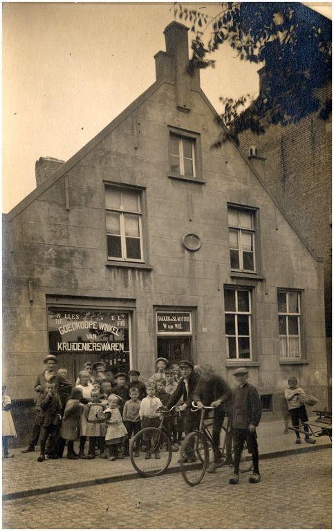 Filiaal Van Wel aan het Binderseind te Helmond; pand uit 1765 - Fotostudio Kirsch : Hout, Piet van - 1920