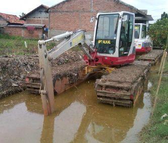 JUAL dan RENTAL amphibious excavator / swamp excavator, excavator rawa-rawa, swamp beko, excavator amphibi.  jual pontoon undercarriage yang berguna untuk menjadikan excavator darat menjadi excavator amphibi atau swamp excavator atau excavator rawa-rawa, floating excavator. Swamp backhoe cocok untuk pengerukan lahan tanah gambut, empang, tambak, danau, sungai, pantai.  HP: 081241888131       081241346651