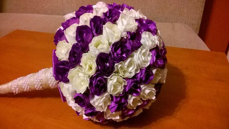 Szaténszalagból készített csokor. 143 db virágból áll. A szirmokat (12 db/virág) és csészeleveleket (4 db/virág) egyenként vágtam szaténszalagból és formáztam láng felett, majd ragasztottam egymáshoz. Majd hungarocell gömbre ragasztottam és mindegyik közepébe gyöngyöt tűztem + 5 db csilli-villi kisvirágos hajtűt is szúrtam bele.