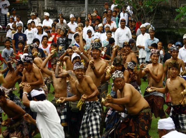 Majalah Anak Muda – Seminggu setelah Idul Fitri masyarakat Lombok, khususnya Lombok Barat melaksanakan Lebaran Topat atau Hari Raya Ketupat. Perayaan ini merupakan warisan leluhur ratusan tahun lalu.