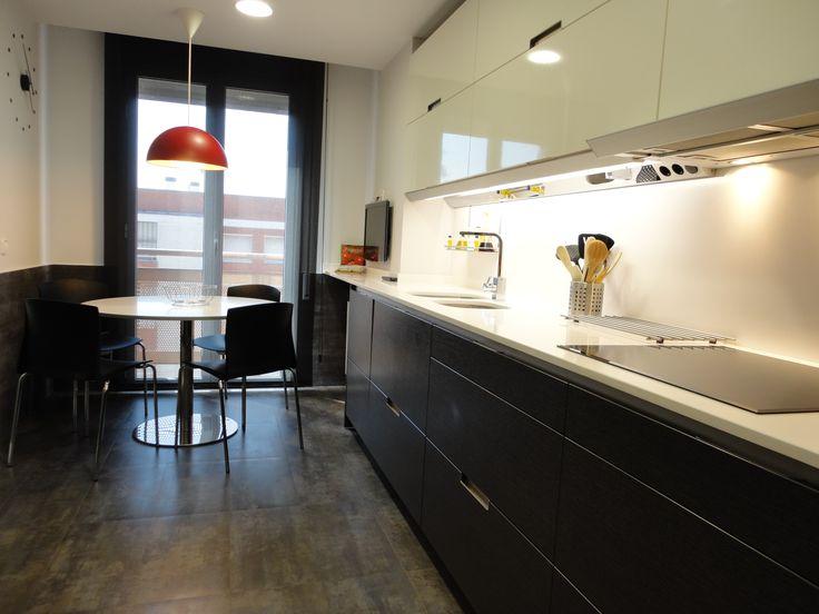 Reforma de cocina combinaci n de blancos y grises - Mesa cocina silestone ...