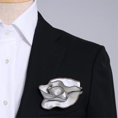 銀と白、どちら色でも使えるシルク100%のリバーシブルポケットチーフ。挿す際の形を作りやすいリング付き。 Pocket handkerchief 100% silk that can be used on both sides (with ring)