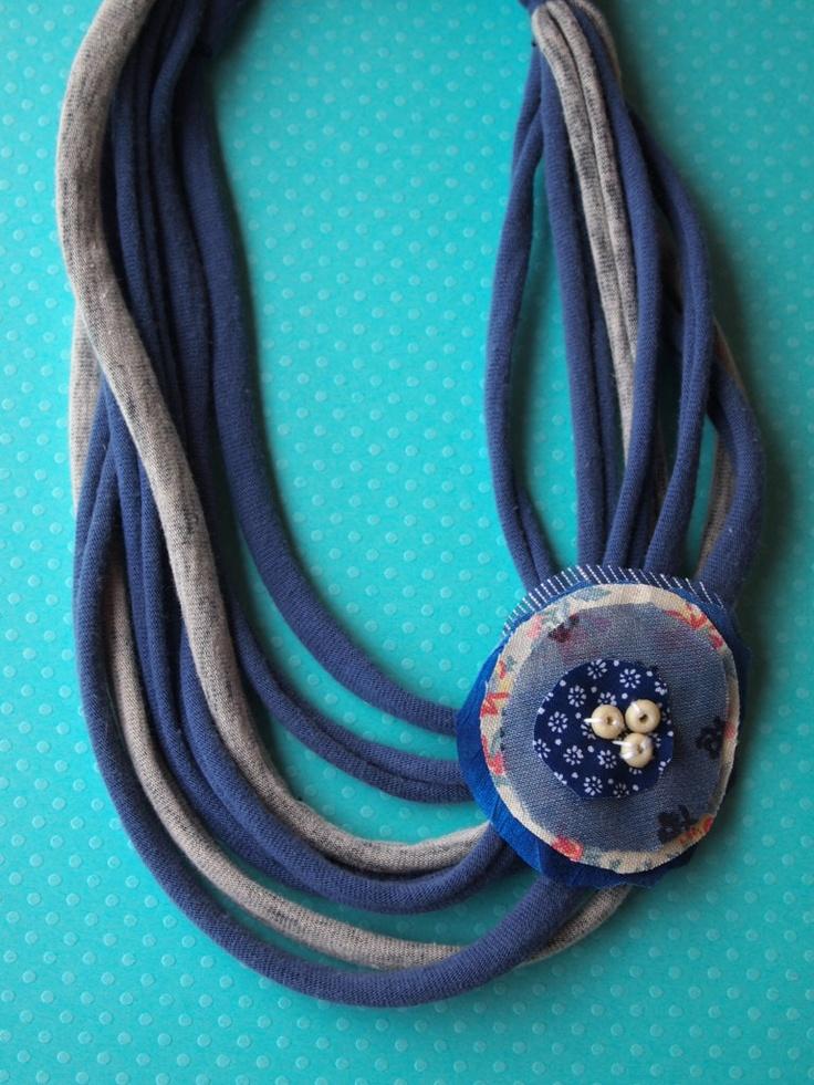 Collares de trapillo con flores de tela