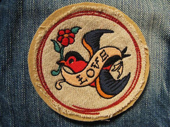 アメリカントラディショナルタトゥーのシンボルをリデザインし刺繍いたしました。 幸福や愛の象徴でもあるツバメ。 越冬して翌春には同じ場所に戻ってくることから無事... ハンドメイド、手作り、手仕事品の通販・販売・購入ならCreema。