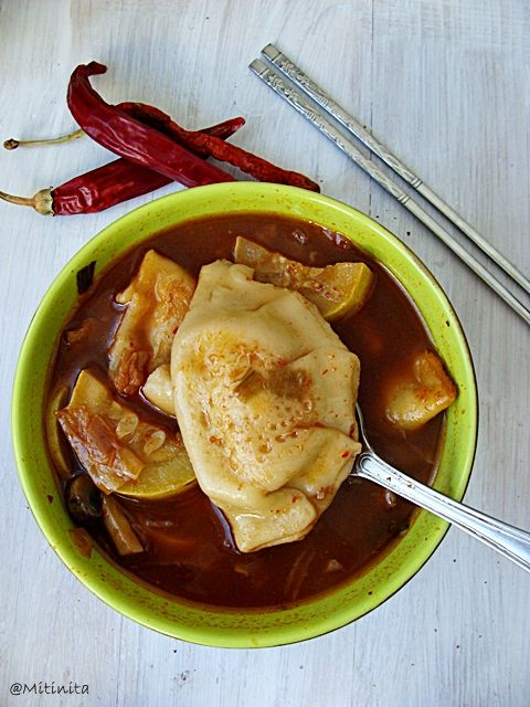 Mitinita: Retete coreene: Supa cu coltunasi mandu si kimchi (Manduguk)