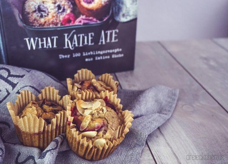 """Neben meiner großen Sammelleidenschaft für Vintage Food-Props,Geschirrtücher, Servietten und Papierstrohhalme,liebe ich es neue Koch- und Backbücher zu kaufen. Die schönsten stehenbei mir im Küchenregal. Neben den Müsli-Toppings und getrockneten Früchten in True Fruits Flaschen begrüßt mich jeden Morgen eines meiner liebsten und ersten Foodblogger Bücher: """"What Katie ate"""" von Katie Quinn Davies aus Sydney. Fürmagst du weiterlesen?"""