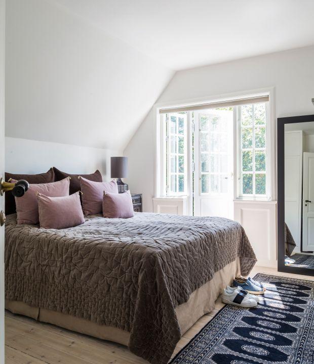 Karina Eg og Morten Ibsen har god plads i deres klassiske patriciervilla, som de har indrettet i en stil, der mikser de nordiske kølige farver med fransk luksus-boheme.