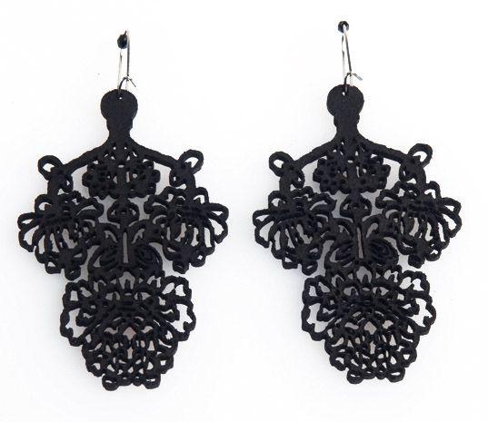 """Orecchini """"Barroco Negro Picado 3"""" realizzati in pelle nera spessore 2 mm e tagliati a laser, Ispirati all'opera e al mood di Frida Khalo."""