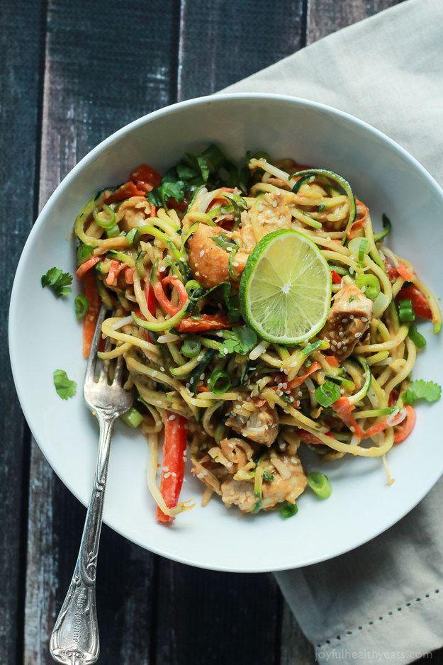 Noodles de pollo tailandés con salsa de maní picante | 29 Deliciosas cosas que puedes hacer con calabacín