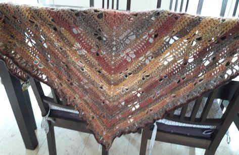 un tuto châle au crochet avec des motifs ajourés qui forment des libellules sur le corps du châle