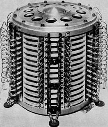 Tambor magnético: Fue inventada en 1932 por Gustav Tauschek, en Austria.  Caracteristicas: El tambor magnético es un cilindro de metal hueco o sólido que gira en una velocidad constante (de 600 a 6.000 revoluciones por minuto) lectura y escritura. Se almacenaban los datos en pistas paralelas sobre la superficie del tambor.